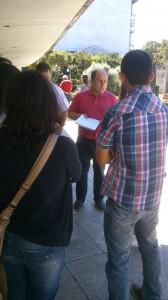 Elías Somoza, comandando o grupo de gandeir@s na entrega das sinaturas perante a Xunta en Lugo.